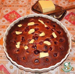 Вдавливаем в нее ягоды (фрукты).    Увеличиваем температуру духовки до 200 градусов, ставим пирог и печем где-то 20-30 минут. Вынимаем, кладем на пирог кусочки сливочного масла (чтобы бисквит не задубел) и накрываем полотенцем.