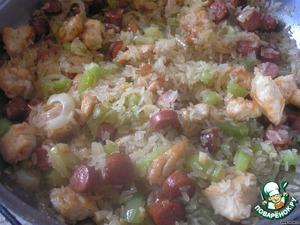 Рис промываем под холодной водой. Даем воде стечь. И выкладываем его на сковородку. Перемешиваем и готовим пару минут.