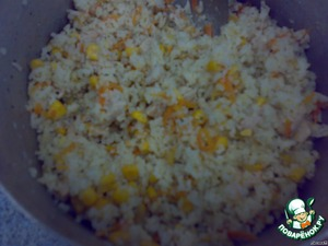 Mix all ingredients - rice with meat and zazharkoy. Add corn