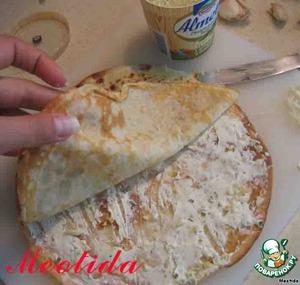 блинчик смазываем творожным сыром, посыпаем слегка измельченным чесночком   сверху выкладываем второй блинчик, также его промазываем сыром и посыпаем чесночком   затем третий блинчик выкладываем, смазываем сыром и посыпаем чесночком