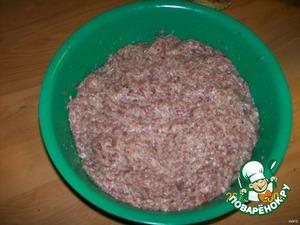 Готовый фарш или мясо, лук, картофель, размоченный хлеб пропустить через мясорубку или комбайн. Фарш, подготовленную смесь, соль и специи тщательно вымесить в котлетный фарш, отбить об стол, скатать в шар и оставить отлежаться под чашкой минут 15. За это время подготовим начинку.