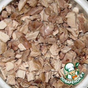 Из бульона достать курицу, немного остудить. Снять с костей мясо и порезать небольшими кубиками. Бульон процедить и добавить желатин. (Соотношение жидкости и желатина написано на упаковке самого желатина).