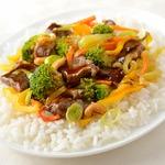 Жареная говядина с рисом, овощами и грибами