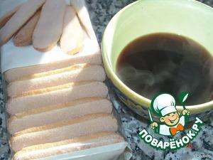 Приготовить очень крепкий черный кофе. Лучше не полениться и смолоть, запах будет сильнее. В остуженный кофе добавить 4 столовые ложки рома.