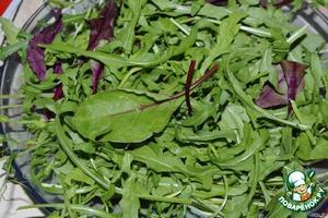 В салатник или на большую тарелку выкладываем ростки горошка и салатный микс.