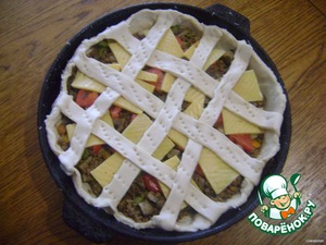 The remaining dough, cut stripes and decorate the tart in a lattice. From above to grease with egg.