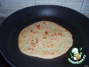 Обжарить на растительном масле,или гхи.Лепёшки получаются очень сочные.   В Индии такие лепёшки с начинкой,подают на завтрак или ужин,с индийским соусом-чатни,или райта(густой соус из натурального йогурта).   Приятного аппетита!