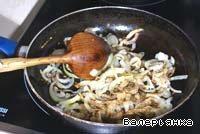В сковороде разогреть растительное масло, добавить лук и жарить до готовности, приправив солью, молотой зирой и перцем.
