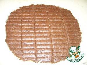 Разрежте тесто на палочки. Разложите на кондитерском листе темной стороной вниз. Выпекайте 20 минут при температуре 200 градусов