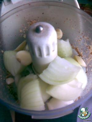 Одну луковицу и 2-3 зубочка чеснока так же измельчить.