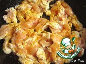 Брусочки посолить по вкусу, посыпать перцем, карри или приправами по вкусу.