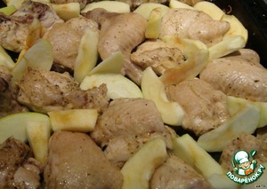 Only the chicken began to brown, we get the pan between the chicken and spread our apples. And again sent in the oven until fully cooked.