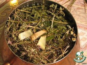 Согласно легенде (см. ниже) и многочисленным рецептам глёга, травяной отвар следует приготовить заранее, чтобы травки настоялись, дали хороший цвет и аромат. Заваривать их нужно минимум за час до приготовления напитка. Залить травки кипятком (0,5 л на 6-7 ст. л. сухой травяной смеси), добавить несколько тоненьких кусочков имбиря, поставить на медленный огонь, довести до кипения и отставить. Накрыть крышечкой, а перед смешиванием с вином процедить.