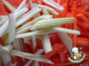Морковку и черешковый сельдерей нарезаем соломкой,