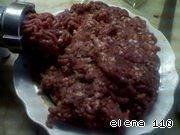 Мясо прокрутить 2 раза, на второй раз в фарш добавить лук, чеснок. Затем посолить, поперчить от души.    Затем начать вымешивать, постепенно добавляя сливки. Вымешать фарш до однородной массы, чтобы не было комочков.