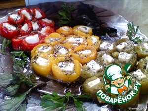 Cut the pepper strips and feta cheese - cubes. Turn and fill with oil and spices.  Bon appetit!