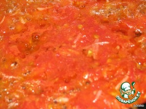 In the pan pour vegetable oil, and simmer our tomato-garlic mixture for 3-5 minutes.
