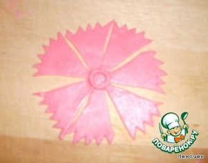 Roll again from scraps flagellum and place in the center. It will attach a second row of petals.