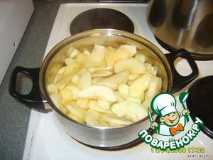 1кг яблок (~4шт. крупного размера) очистить от шкурки и нарезать очень тонко ножом для картофеля. Я просто натираю яблоки на терке для картофельных чипсов (в этот раз я сварила конфитюр яблочный - тоже вкусно)