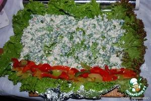 Салат положить внахлест, сверху выложить сырную массу. На край выложить, чередуя, полоски желтого и красного перца.