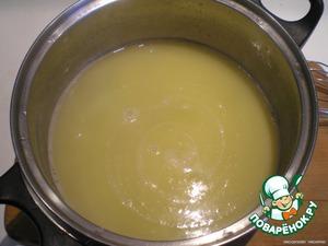 В кастрюлю налить воду, положить масло или маргарин, соль, поставить кастрюлю на огонь и довести до кипения.