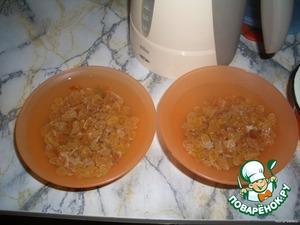 Далее добавить изюм, ваниль по вкусу, придать форму пирамиды и поместить на холод.