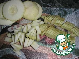 Очистить горох, мелко нарезать лук, перец, кабачок, баклажан, взять картошку и отправить тушить  к мяску. Добавить томатную пасту и водичку, посолить, поперчить и тушить до готовности картофеля под крышкой. Чтобы не подгорели овощи нужно помешивать.