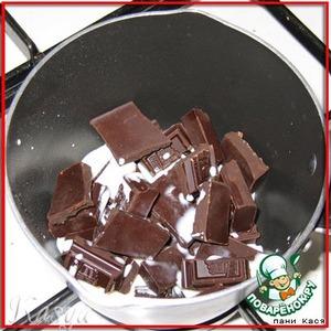 горький черный шоколад ломаем на кусочки, доливаем 2 столовые ложки молока, ставим растапливаться