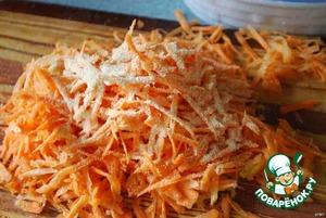 Морковку трем на крупной терке.Чеснок измельчаем и смешиваем с морковкой.