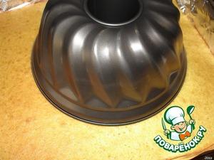 Готовый корж остудить. Необходимо круглой формой (например, форма для кекса) вырезать из коржа круг.