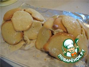 Яйца смешать с сахаром, добавить соду, муку и замесить тесто.    Из теста выпечь лепешки.    Затем укладывать их на блюдо, смазывая сметаной, смешанной с сахаром, придавая образ черепахи.