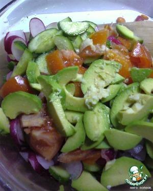 Нарезать овощи.    Выдавить чеснок, посолить, полить лимонным соком и маслом.