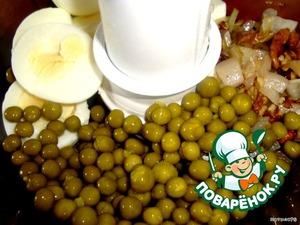 В миксер выкладываем отварные яйца, лук, орехи, зеленый горошек. Добавляем соль, перец и вино. Взбиваем несколько минут до однородной пышной массы.