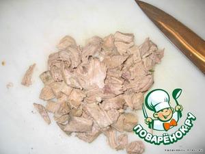 Мясо, достаем из бульона и, отделив от костей, мелко рубим.