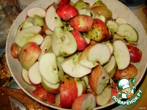 Apples wash, cut into 4 pieces along with seeds, put in the pot (not aluminum) and fill with water up to half the amount of apples cook for 30 minutes under the lid.