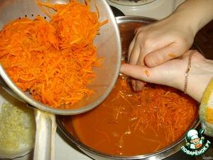 По прошествии 20 минут отжимаем нашу настоявшуюся морковочку.