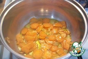 Обжариваем на оливковом масле в кастрюле с толстым дном, кладем туда чечевицу и варим до полуготовности минут 15.