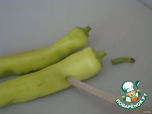 The pepper to cut the long stalk. To pierce it in several places.