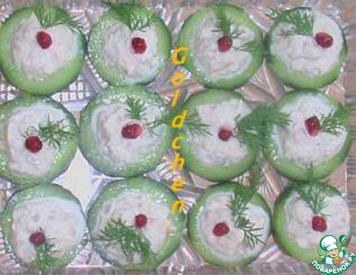 Рецепт: Огуречные колечки с муссом из копчёной форели