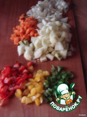 Измельчаем кабачок (внутреннюю часть), лук, сладкий перец и помидор.