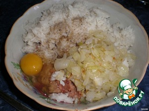 Onions finely chop and fry in a pan with hot butter until Golden brown.  Meat, rice, grilled onions mix, add salt, pepper and egg.