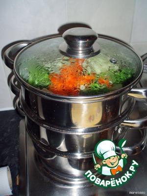 Достаем замороженные овощи (вышеперечисленные), а у кого свежие - режем их и ставим на 2-й этаж паровой кастрюльки.    Закрываем и ставим на огонь, чтоб всё это закипело.   А затем снижаем огонь и оставляем вариться.