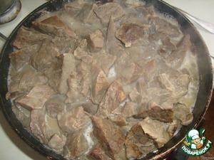Ставим тушить в сковороде. Добавляем 1 стакан воды, смалец, лавровый лист, перец горошком, солим. Протушить 20 мин.