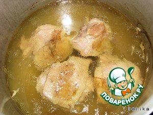 Курицу разделать (использовала только ноги и 1 крыло, остальное в холодильник до лучших времен) и отварить до готовности
