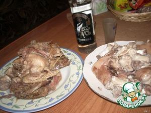 Посолить (у меня около столовой ложки соли ), через 5 мин вытащить мясо, бульон процедить, добавить овощи (морковку, луковицу, кусок корневого сельдерея, кусок репы).   Через мин. 40 - 1 час овощи выбросить, а бульон поставить охлаждаться. За это время надо разобрать мясо, кожу куры выбросить, все кости погрызть. Мясо обмотать пищевой пленкой и отправить в холодильник.