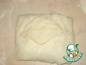 Roll the dough like an envelope and brush with vegetable oil.
