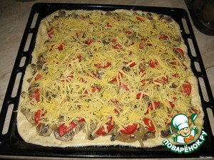 Now take the pastry and roll out. You can make 2 round pizza, but you can just roll out the whole sheet. I did the second option.  On the dough put the filling: mushrooms, then the tomatoes, and the top three cheese.