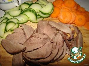 Порежьте тонкими пластиками огурец и морковь, а затем и готовую немного остывшую грудку...