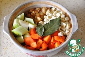Добавьте овощи, сидр и лавровые листья. На сильном огне доведите до кипения, затем убавьте огонь, накройте крышкой и тушите 1 час, или пока свинина не станет мягкой.