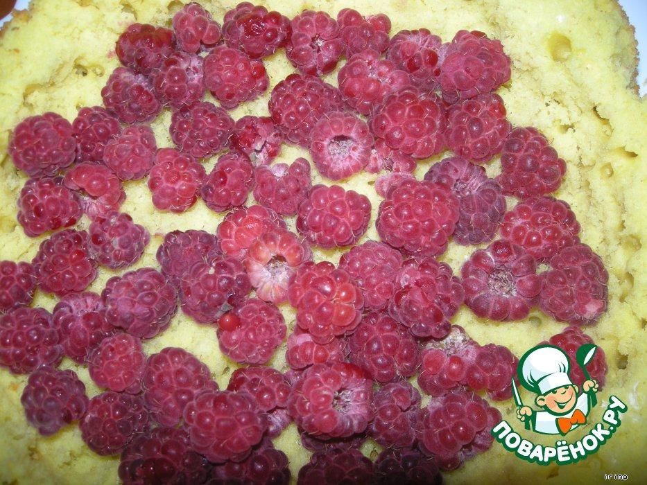 Шарлотка с ягодами и сливками